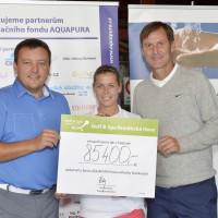 Výtěžek charitativního golfového turnaje. Na fotografii s šekem Lucie Hinnerová, Karel Nováček (vpravo), Pavel Staněk (vlevo)